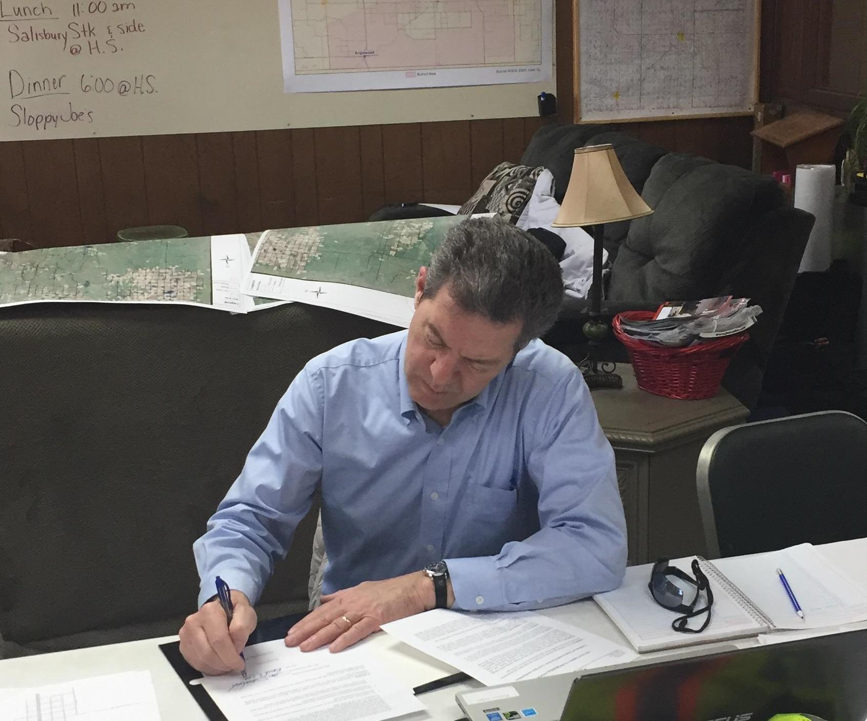 Governor Sam Brownback signs executive order to assist fire relief